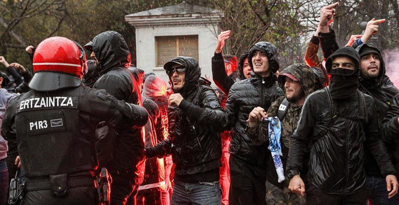 Ultras del Olympique de Marsella hieren a dos vigilantes de seguridad en San Mamés