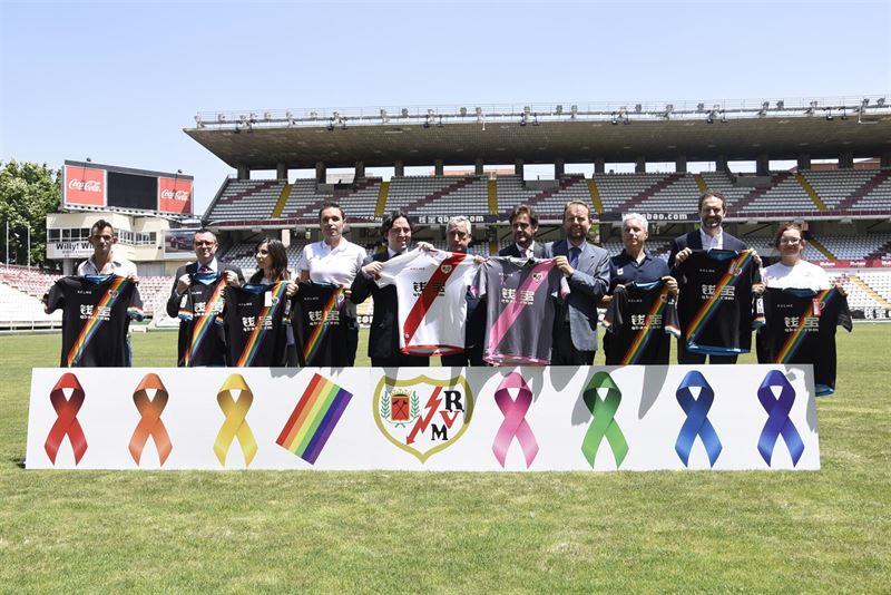 El Rayo Vallecano vestirá con una franja arcoíris contra la homofobia