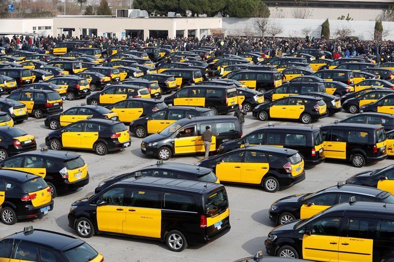 Tres taxistas detenidos por reventar un coche de VTC durante las primeras horas de la huelga en Barcelona