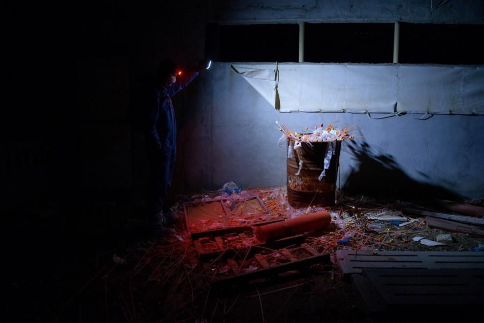 Un activista observa las herramientas usadas en una de las granjas porcinas, hacinadas y sin ningún tipo de control. /  AITOR GARMENDIA