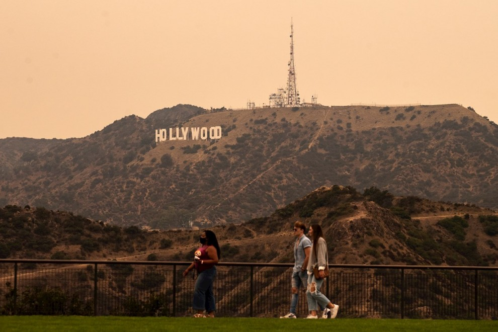 Venice (United States), 11/09/2020.- A view of the Hollywood sign under an orange overcast sky in the afternoon in Los Angeles, California, USA, 10 September 2020. California wildfire smoke high in the atmosphere all over the state blocked the sunlight an