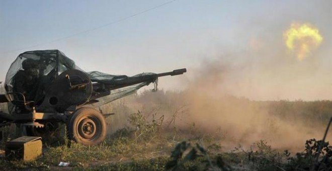 Soldados del batallón  de combate ucraniano Donbass disparan a rebeldes prorusos con un  cañón antiaéreo en Ilovaysk (50 km de Donetsk), Ucrania.
