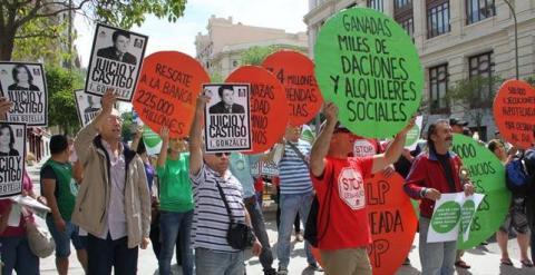 Miembros de la PAH ante la sede del Ayuntamiento de Madrid hoy, día del patrón de la capital.