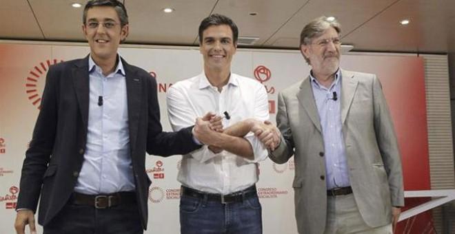 Los tres candidatos a la Secretaría General del PSOE, Eduardo Madina, Pedro Sánchez y Antonio Pérez Tapias (i-d), se dan la mano antes de su primer y único debate en la campaña.