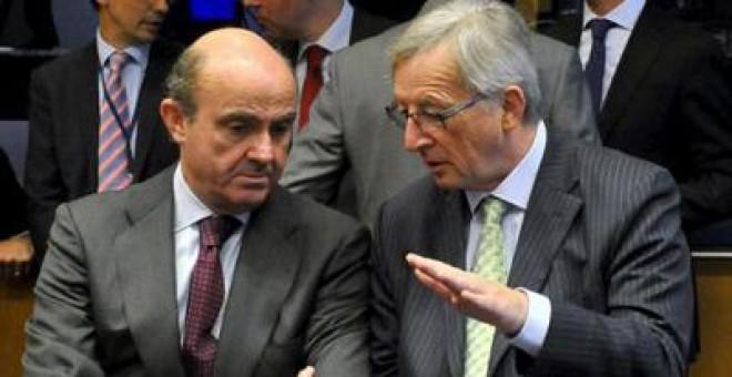 Ministro de Economía español, Luis de Guindos junto al primer ministro luxemburgués, Jean Claude Juncker.