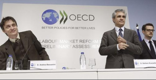 El director de Empleo, de la OCDE, Stefano Scarpetta, junto con otros expertos del organismo internacionale, durante la presentación del informe sobre la reforma laboral en la sede del Ministerio de Empleo.