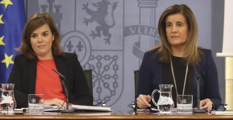 La vicepresidenta Soraya Sáenz de Santamaría y la ministra de Empleo, Fátima Báñez, durante la rueda de prensa posterior al Consejo de Ministros. EFE/BALLESTEROS