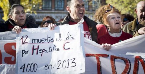 Participantes en la 27ª Marea Blanca en Madrid sostiene pancartas contra la desprotección de los enfermos de hepatitis C. -EFE
