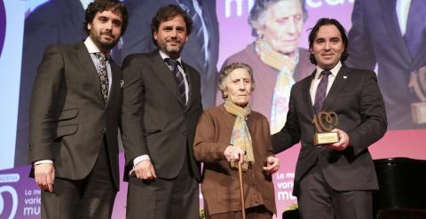 Raúl Martín Presa (d), y los miembros de la junta directiva Alfonso Martín Presa (i), y Luis Yáñez (2i)  recogiendo un premio por conseguir una vivienda de por vida para una anciana desahuciada, la señora Carmen Martínez. EFE