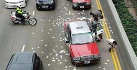 Varias personas recogen billetes del suelo. - SCMP