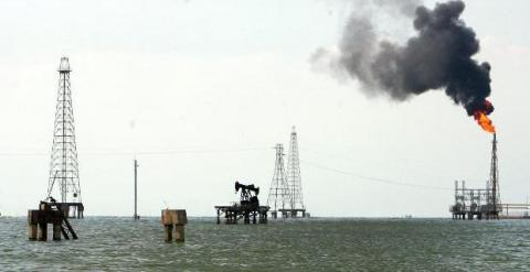 Imagen de archivo de una refinería de petroleo.
