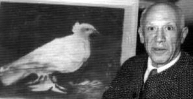 """Pablo Picasso posa en 1957 con el cuadro de la famosa """"Paloma"""" que pintó en Polonia en 1948."""