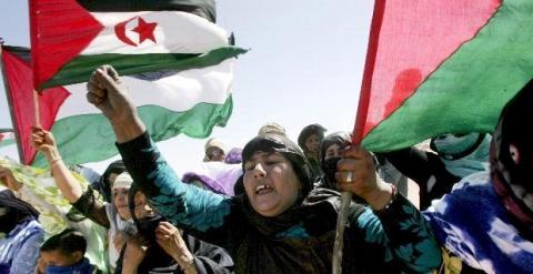 Varios refugiados saharauis asisten a un desfile en Tifariti, en los territorios liberados del Sáhara Occidental, hoy martes 20 de mayo, día en el que se conmemora el 35 aniversario del Frente Polisario, un movimiento que lucha por la independencia de est