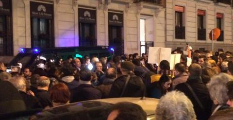 Imagen de la concentración frente a la Embajada de Francia, en solidaridad con las víctimas del atentado contra la revista 'Charlie Hebdo'. PÚBLICO