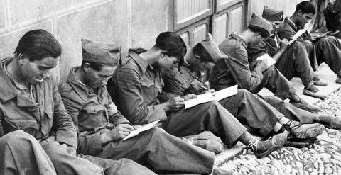 Brigadistas escribiendo