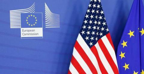 Las banderas europea y estadounidense en la entrada de la sede de la Comisión Europea en Bruselas. REUTERS
