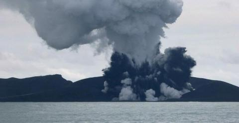 Imagen del volcán en erupción. AFP