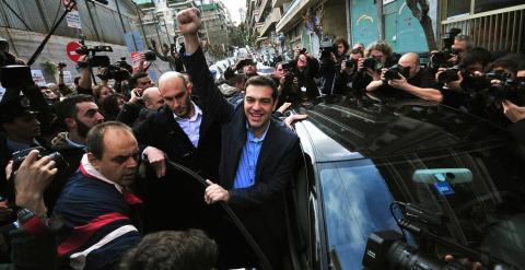 Tsipras, rodeado de seguidores tras votar en un colegio de Atenas. - REUTERS