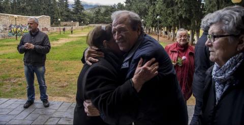 Abrazos durante la espera a la llegada de Tsipras.