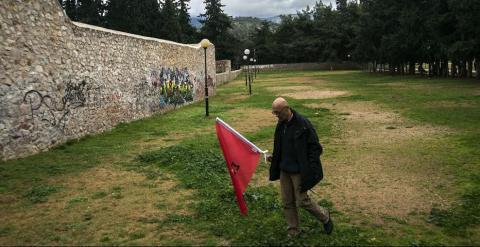 Un hombre con una bandera en el parque donde se encuentra el memorial.