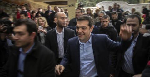 Tsipras, rodeado de gente que también ha acudido al memorial.