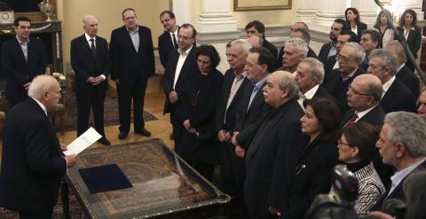 Varios de los nuevos ministros y viceministros del Gobierno de  Alexis Tsipras, durante la ceremonia de juramento del cargo, en el Palacio Presidencial de Atenas. REUTERS/Yannis Behrakis