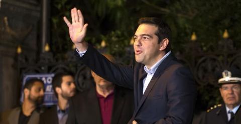El flamante primer ministro griego, ganador con Syriza de las elecciones del pasado domingo, Alexis Tsipras, saluda al abandonas el Palacio Presidencial ,tras la ceremonia de juramento de los nuevo ministros. REUTERS/Marko Djurica