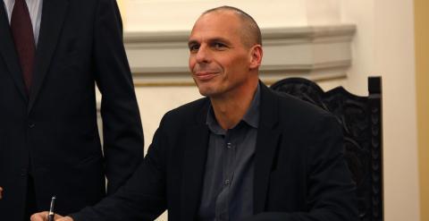 El nuevo ministro de Finanzas griego,  Yanis Varufakis, firma uno de los documentos oficiales durante la ceremonia de juramento de los nuevos ministros en el Palacio Presidencial de Atenas. REUTERS/Yannis Behrakis