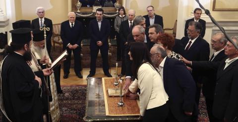Algunos de los nuevos ministros y viceministros griegos juran su cargo en la ceremonia oficial celebrada en el Palacio Presidencial de Atenas. REUTERS/Panayiotis Tzamaros