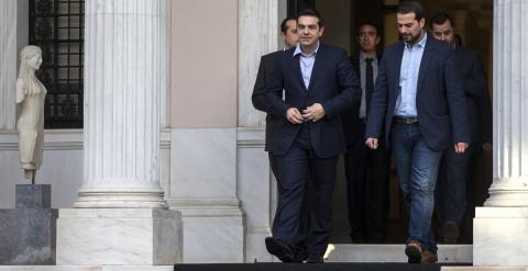El nuevo primer ministro griego, Alexis Tsipras, de Syriza, abandona junto con algunos de sus colaboradores el Palacio Presidencial tras la ceremonia de juramento de los miembros de su Gobierno. REUTERS/Marko Djurica