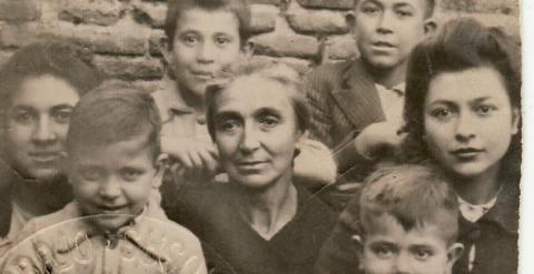 María Olivas, viuda de Timoteo Mendieta, junto a sus siete hijos