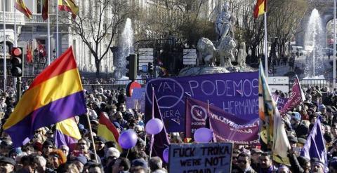 """Numerosas personas aguardan junto a la fuente de La Cibeles para participar en la manifestación que Podemos ha convocado hoy bajo el lema """"Marcha por el cambio"""", una """"movilización histórica"""" para abrir """"un cambio de ciclo político en España"""" y que parte a"""