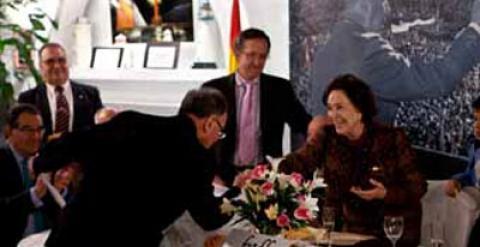 Miguel Bernard recibe con una reverencia el título de miembro honorífico de la Fundación Francisco Franco de manos de su presidenta, Carmen Franco.
