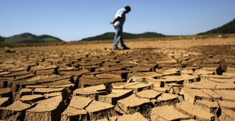 Un trabajador junto a una presa a 100 kilómetros de la ciudad de Sao Paulo. - REUTERS