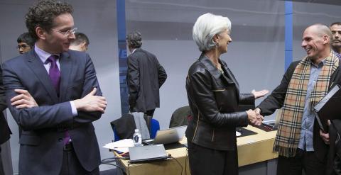 El ministro griego de Finanzas, Yanis Varoufakis, saluda a la directora gerente el FMI, Christine Lagarde, en presencia del presidente del Eurogrupo, Jeroen Dijsselbloem. - REUTERS
