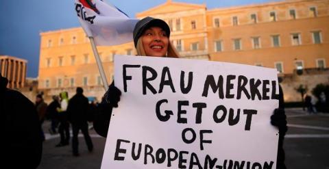 Lema contra la canciller Angela Merkel durante una protesta contra las medidas de austeridad frente al Parlamento grIego. - REUTERS