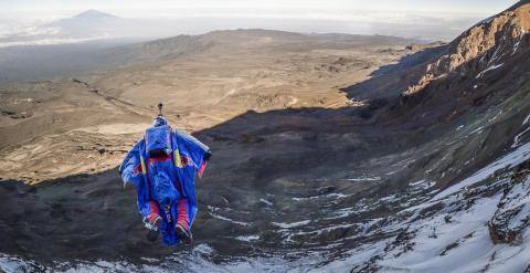 El ruso Valery Rozov en pleno vuelo por el Kilimanjaro. /RED BULL