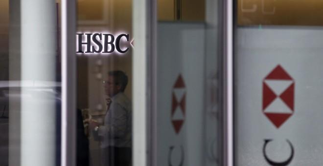 Algunas personas son vistas dentro de las oficinas del banco suizo HSBC en Ginebra/. REUTERS