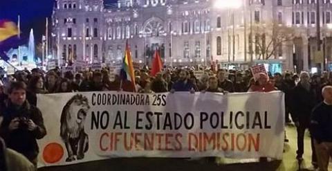 """Imagen de la manifestación contra Cristina Cifuentes y el """"Estado policial""""."""