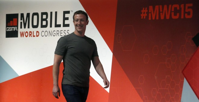 El creador de Facebook, Mark Zuckerberg, llega al Mobile World Congress en Barcelona para dar una conferencia./ REUTERS