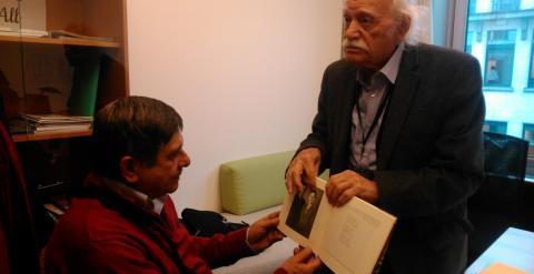 Carlos Slepoy (izquierda) junto al eurodiputado de Syriza Manolis Glezos
