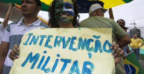 Una mujer porta una pancarta en la que pide una intervención militar durante la manifestación del pasado domingo en Manaus. - REUTERS