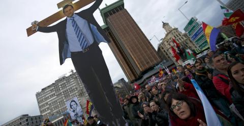 Un manifestante sostiene una imagen del presidente del Gobierno, Mariano Rajoy,  crucificado, durante la concentración de las Marchas de la Dignidad en la madrileña Plaza de Colón. REUTERS/Sergio Perez