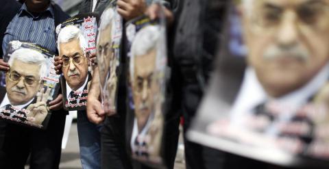 Varios palestinos portan carteles del presidente palestino, Mahmud Abás, en una manifestación en Ramala en marzo de 2014. - AFP