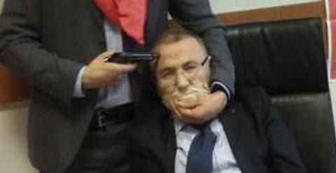 Fotografía publicada en Twitter por el partido ilegalizado DHKP-C que muestra a una persona no identificada mientras apunta con un arma a la cabeza de un fiscal en el Palacio de Justicia Caglaya, en Estambul. EFE/Dhkp-C / Handout
