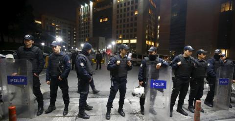 Agentes de la Policía turca frente a la entrada del Palacio de Turquía de Estambul, donde dos miembros del DHKP-C han mantenido retenido a un fiscal. REUTERS/Osman Orsal