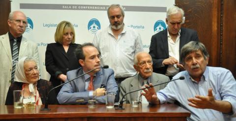 Nora Cortiñas, la titular de las Madres de la Plaza de Mayo, el abogado Máximo Castex, el primer querellante Darío Rivas, y el abogado Carlos Slepoy.