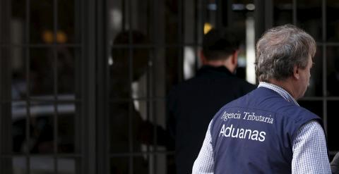 Funcionarios del Servicio de Vigilancia Aduanera, dependiente de Hacienda, delante del domicilio de Rodrigo Rato en Madrid. REUTERS/Sergio Perez
