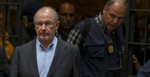 Rodrigo Rato, sale con agentes de la Policía, tras el registro de su domicilio. REUTERS/Sergio Perez