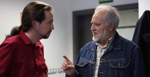 Pablo Iglesias y Julio Anguita conversan en la redacción de Público. /JAIRO VARGAS